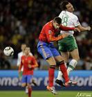 图文:西班牙VS葡萄牙 皮克受到侵犯