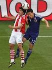 图文:巴拉圭VS日本 长谷部诚争顶