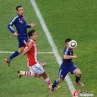 图文:巴拉圭VS日本 长友佑都停球