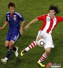 图文:巴拉圭VS日本 巴尔德斯带球