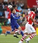图文:巴拉圭VS日本 远藤保仁争顶