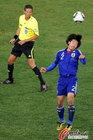 图文:巴拉圭VS日本 阿部勇树顶球