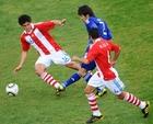 图文:巴拉圭VS日本 阿部勇树人缝中传球