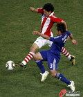 图文:巴拉圭VS日本 博内特突破