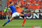 图文:荷兰2-1巴西 法比亚诺抢球