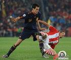 图文:巴拉圭0-1西班牙 布斯克茨拼抢