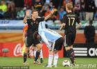 图文:阿根廷0-4德国 默特萨克祝贺队友