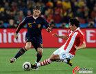 图文:巴拉圭VS西班牙 拉莫斯过人