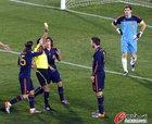 图文:巴拉圭0-1西班牙 皮克吃黄牌