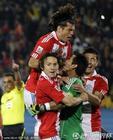 图文:巴拉圭0-1西班牙 队友祝贺比拉尔