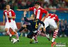 图文:巴拉圭0-1西班牙 伊涅斯塔倒地