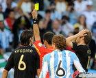 图文:阿根廷0-4德国 裁判出示黄牌