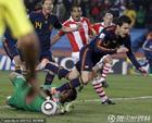 图文:巴拉圭0-1西班牙 法布雷加斯被绊倒