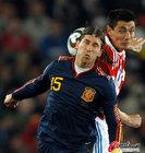 图文:巴拉圭VS西班牙 拉莫斯拼抢