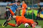 图文:乌拉圭VS荷兰 范博梅尔倒地