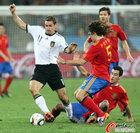 图文:德国VS西班牙 克洛泽带球