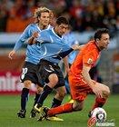 图文:乌拉圭VS荷兰 范博梅尔拉扯