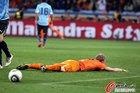 图文:乌拉圭VS荷兰 库伊特躺倒