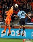 图文:乌拉圭VS荷兰 范佩西顶球