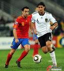 图文:德国VS西班牙 哈维带球