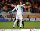 图文:乌拉圭VS荷兰 拥抱庆祝进球