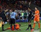 图文:乌拉圭VS荷兰 佩雷拉吃牌