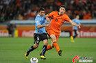 图文:乌拉圭VS荷兰 范博梅尔被拉拽