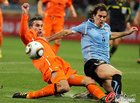 图文:乌拉圭VS荷兰 范佩西铲球