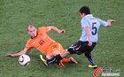 图文:乌拉圭VS荷兰 加尔加诺过人