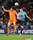 图文:乌拉圭VS荷兰 范博梅尔顶球
