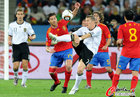 图文:德国VS西班牙 阿隆索小猪拼抢