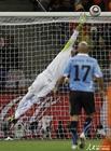 图文:乌拉圭VS荷兰 穆斯莱拉飞身扑救