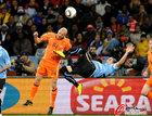 图文:乌拉圭VS荷兰 德泽乌飞顶
