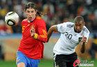 图文:德国VS西班牙 拉莫斯前插