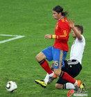 图文:德国VS西班牙 拉莫斯被铲倒