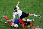 图文:德国VS西班牙 克洛泽倒地
