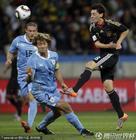 图文:乌拉圭2-3德国 厄齐尔头球摆渡