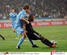 图文:德国3-2乌拉圭 卡考在禁区摔倒