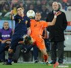 图文:荷兰0-1西班牙 比利亚拼抢