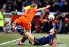 图文:荷兰VS西班牙 库伊特被铲飞