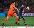 图文:荷兰VS西班牙 范博梅尔拼抢