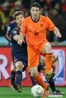 图文:荷兰VS西班牙 范博梅尔带球