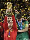 西班牙队拉莫斯捧杯时刻