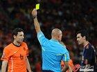 图文:荷兰VS西班牙 布斯克茨吃牌