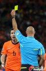 图文:荷兰VS西班牙 范博梅尔吃牌