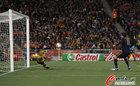 图文:荷兰VS西班牙 斯特克伦博格救球