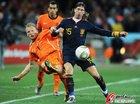图文:荷兰VS西班牙 库伊特拼抢