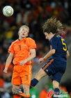 图文:荷兰VS西班牙 库伊特飞顶