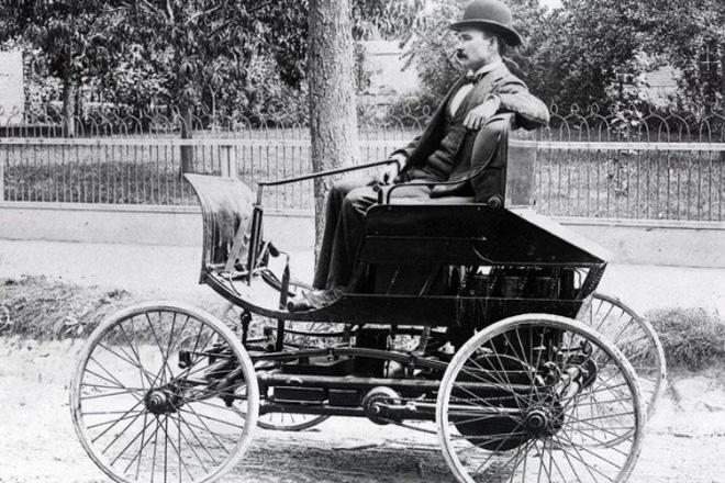 本茨驾驶自己发明的汽车