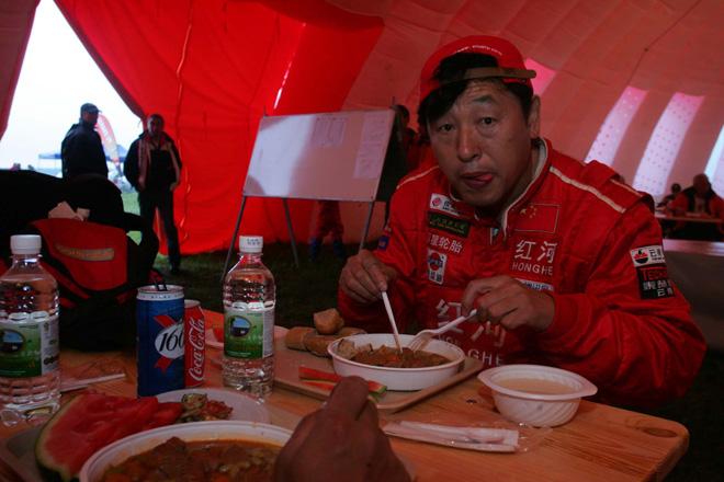 比赛间歇期在帐篷里吃饭